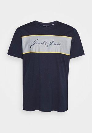 JORHIKARI PRINT CREW NECK - Print T-shirt - navy blazer