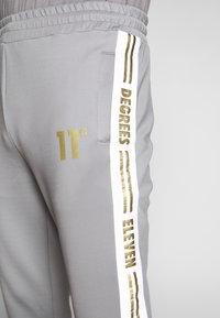 11 DEGREES - ASYMMETRIC TRACK PANTS - Pantaloni sportivi - silver - 4