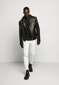 Versace Jeans Couture - TONAL ALLOVER LOGO - T-shirt imprimé - black - 1