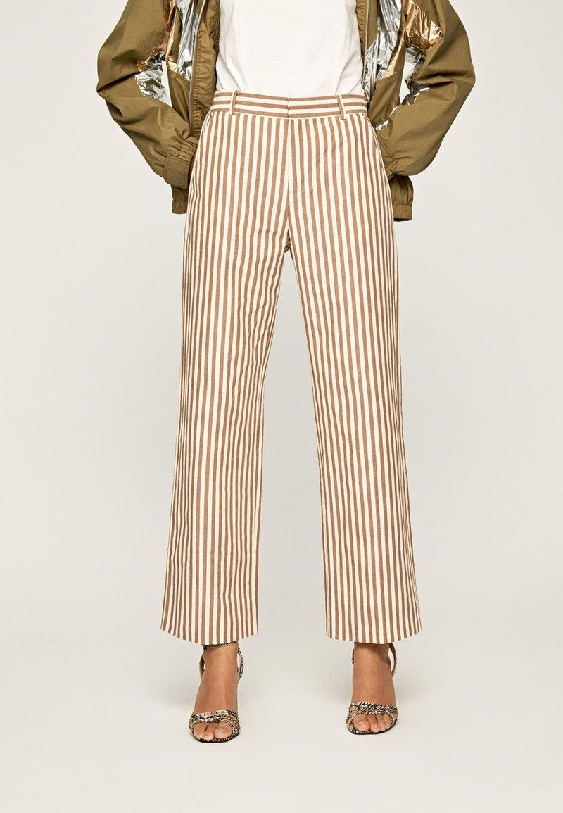 Pepe Jeans - Spodnie materiałowe - brown