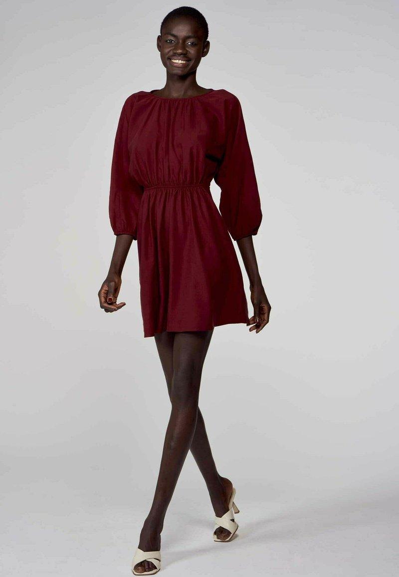 Astrid Black Label - Korte jurk - bordeaux