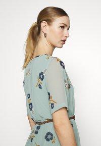 Vero Moda - VMFALLIE BELT DRESS - Hverdagskjoler - green milieu - 4