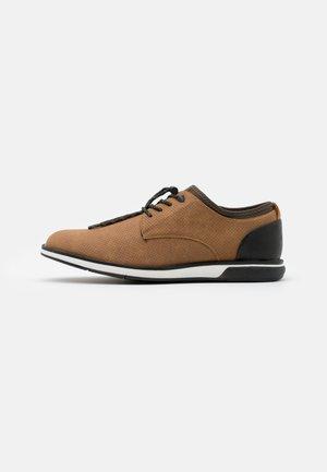 VEGAN GAYLIAN - Sznurowane obuwie sportowe - cognac