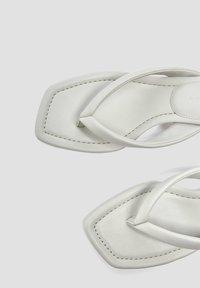 PULL&BEAR - MIT ABSATZ UND RIEMCHEN - Sandály s odděleným palcem - grey - 3