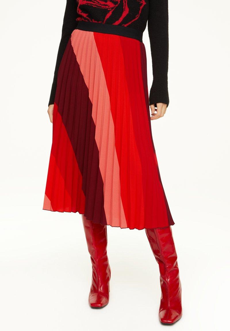 comma - MIT STREIFENMUSTER - A-line skirt - red diagonale stripes