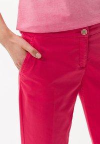 BRAX - STYLE MARON - Trousers - papaya - 3