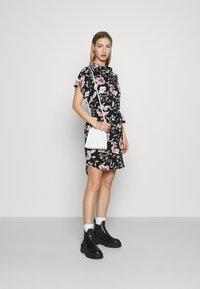 Vero Moda - VMSAHANNA DRESS - Košilové šaty - black - 1
