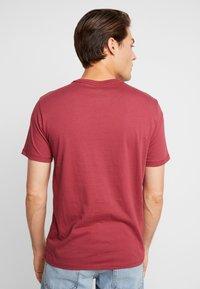 GAP - V-LOGO ORIG ARCH - Camiseta estampada - indian red - 2
