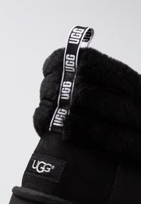 UGG - FLUFF MINI QUILTED - Classic ankle boots - black - 2