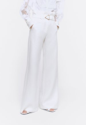 MIT SCHNALLE - Trousers - white