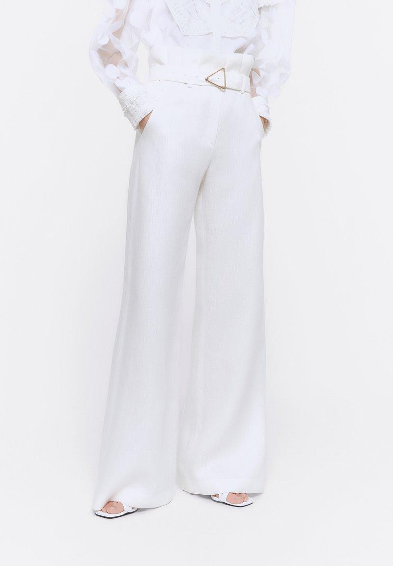 Uterqüe - MIT SCHNALLE - Trousers - white