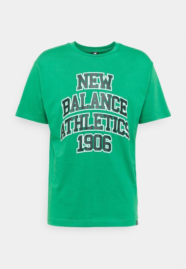 ATHLETICS VARSITY SPEC TEE - T-shirt med print - green