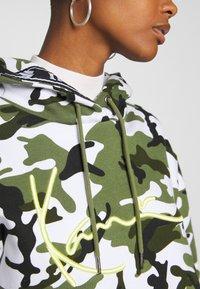 Karl Kani - SIGNATURE CAMO HOODIE - Hoodie - green/white/black/yellow - 4