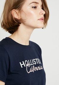 Hollister Co. - CORE PRINTED LOGO TEE - T-shirts med print - navy - 3
