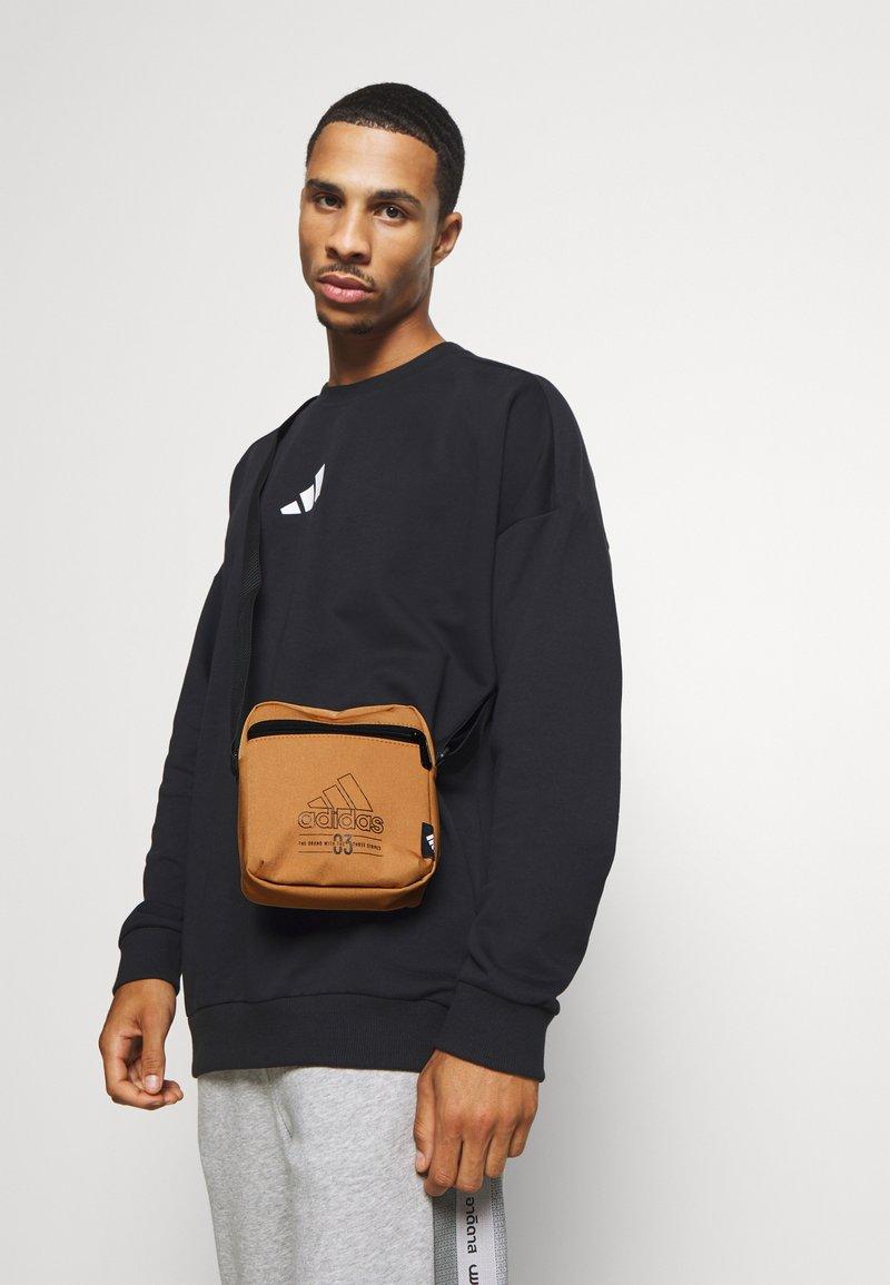 adidas Performance - BRILLIANT BASICS SPORTS ORGANIZER BAG UNISEX - Taška spříčným popruhem - mesa/black