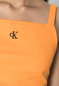 Calvin Klein Jeans - CROP WITH TAPE - Top - island orange - 4