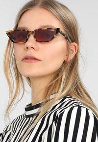 VOGUE Eyewear - GIGI HADID - Aurinkolasit - brown yellow tortoise - 1