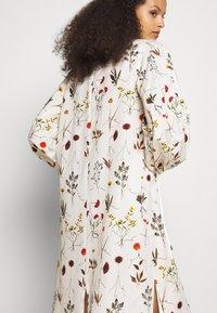 Mother of Pearl - VNECK MIDI DRESS WITH ROPE CUFF TIE - Vestito estivo - herbarium ivory - 5
