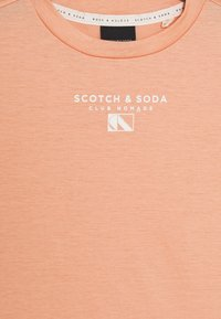 Scotch & Soda - CLUB NOMADE BASIC TEE WITH SMALL CHEST ARTWORK - Print T-shirt - coral rock - 2