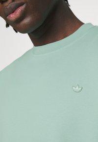 adidas Originals - CREW UNISEX - Sweatshirt - hazy green - 4