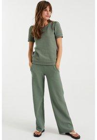 WE Fashion - MET STRUCTUUR - Basic T-shirt - light green - 1