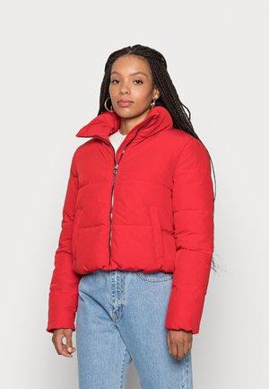 ONLDOLLY SHORT PUFFER JACKET - Zimní bunda - mars red