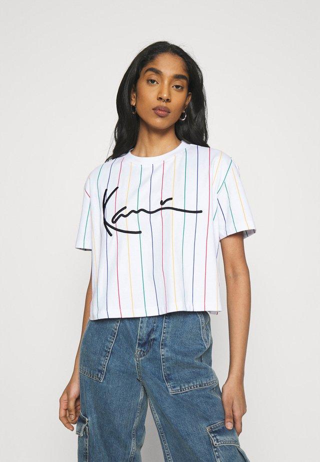 SIGNATURE PINSTRIPE TEE - T-shirt con stampa - white