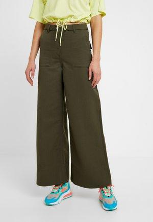 KIM TROUSERS - Pantalon classique - khaki