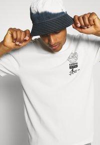 Edwin - GLOBAL CHEST UNISEX - Print T-shirt - whisper white - 4