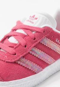 adidas Originals - GAZELLE - Sneakersy niskie - real pink/footwear white - 2