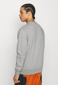 Nike Sportswear - COURT CREW - Mikina - grey heather - 2