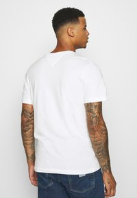 Tommy Jeans - CHEST CORP TEE UNISEX - Print T-shirt - white - 0