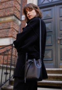Mansur Gavriel - MINI MINI BUCKET - Across body bag - black/flamma - 2