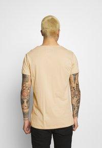 Tigha - MALIK - Basic T-shirt - desert sand - 2