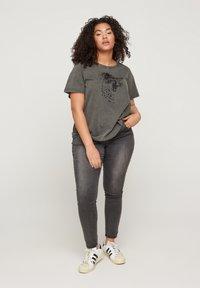 Zizzi - Print T-shirt - dark grey - 1