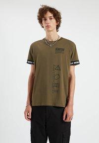 PULL&BEAR - Print T-shirt - dark green - 0