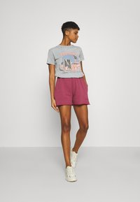 BDG Urban Outfitters - JOGGER - Shorts - raspberry - 1