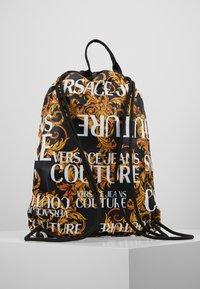 Versace Jeans Couture - LINEA HERITAGE - Rygsække - black/gold - 2