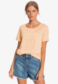 Roxy - OCEANHOLIC  - Print T-shirt - apricot ice - 0