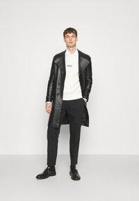 Club Monaco - INVERTED PLEAT PANT - Trousers - black - 1