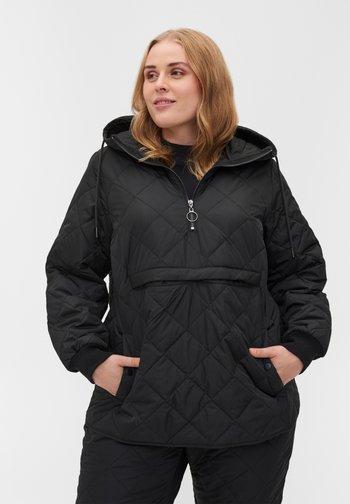 MIT KAPUZE UND TASCHE - Gewatteerde jas - black