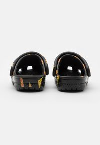 Crocs - CLASSIC FOOD - Sandały kąpielowe - black - 2