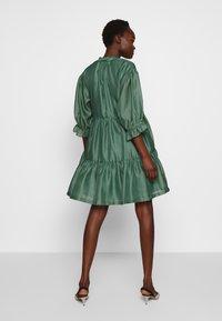 DESIGNERS REMIX - ENOLA RUFFLE DRESS - Vestido de cóctel - dusty green - 2