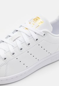 adidas Originals - STAN SMITH SPORTS INSPIRED SHOES UNISEX - Trainers - footwear white/gold metallic - 5