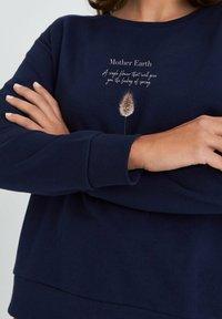 KULTgut GbR - MOTHER EARTH - Collegepaita - dark blue - 2