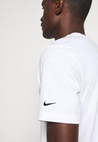 Nike Sportswear - TEE - T-shirt z nadrukiem - white - 5