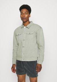 Mennace - SUNDAZE TRUCKER JACKET - Denim jacket - green - 0