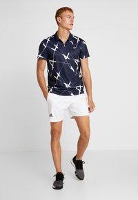 Lacoste Sport - TENNIS GRAPHIC - Piké - navy blue/white - 1