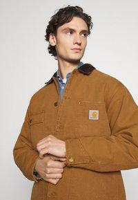 Carhartt WIP - CHORE COAT DEARBORN - Light jacket - hamilton brown/black aged - 3
