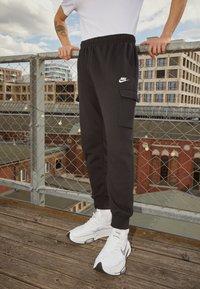 Nike Sportswear - CLUB PANT - Teplákové kalhoty - black/white - 2